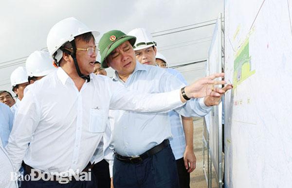 Thủ tướng Nguyễn Xuân Phúc xem bản đồ quy hoạch sử dụng đất khu tái định cư Lộc An - Bình Sơn (H.Long Thành). Ảnh:K. Giới