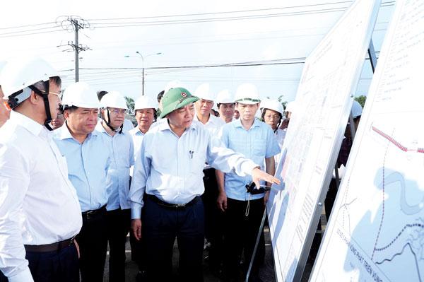 Thủ tướng Chính phủ Nguyễn Xuân Phúc xem bản đồ quy hoạch sử dụng đất khu tái định cư Lộc An - Bình Sơn (H.Long Thành). Ảnh:TTXVN